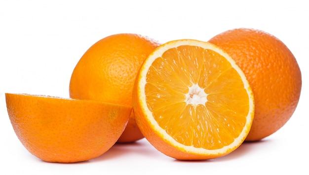 Нарезанные и целые апельсины
