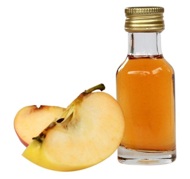 흰색 배경에 얇게 썬 사과와 사과 사이다 식초
