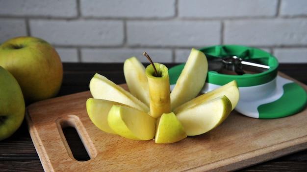 Нарезанное яблоко на деревянной поверхности