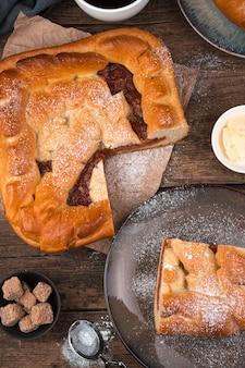 갈색 바탕에 사과 파이 슬라이스. 측면도, 수직 방향.