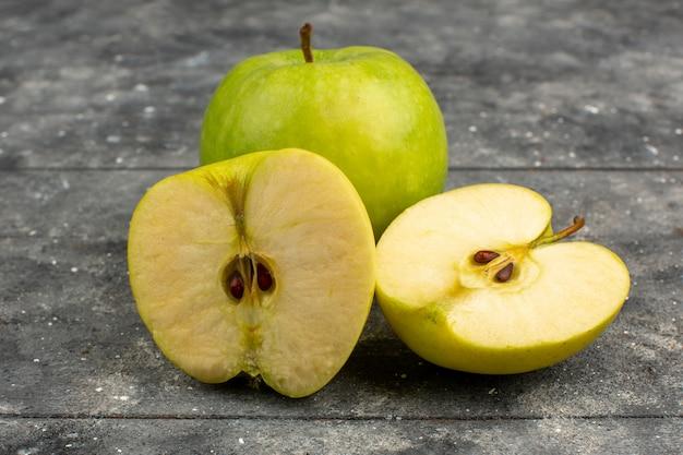 グレーに熟したスライスされたリンゴ緑熟した