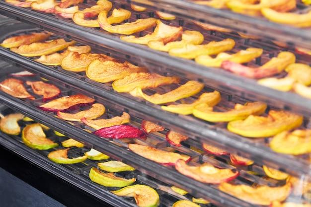Нарезанные яблоки в сушилке на поддоне