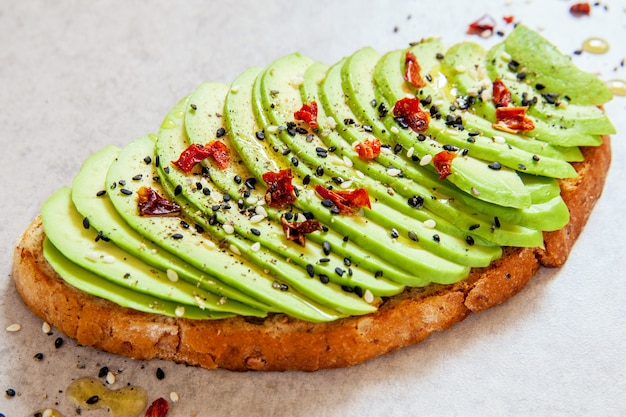 Ломтики авокадо на тосте со специями