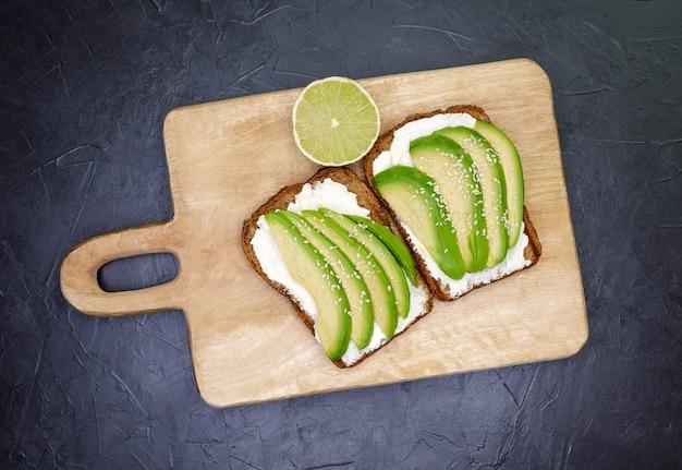 Нарезанный авокадо на гренках для здорового завтрака или закуски
