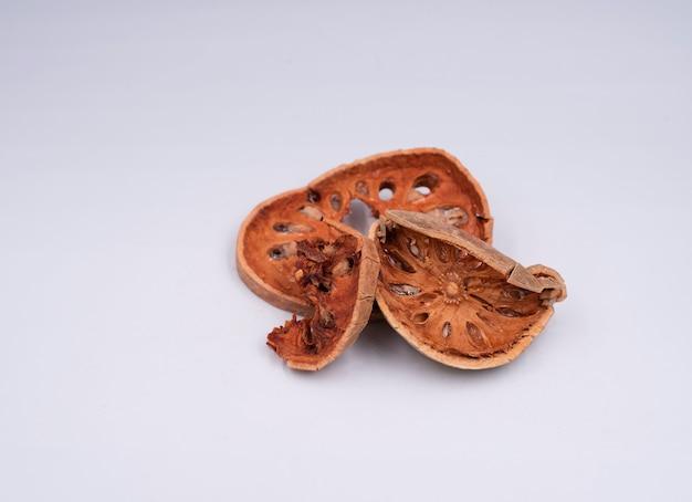 Нарезанный фрукт баэль