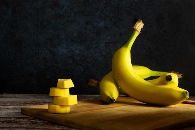 나무 보드에 바나나를 슬라이스