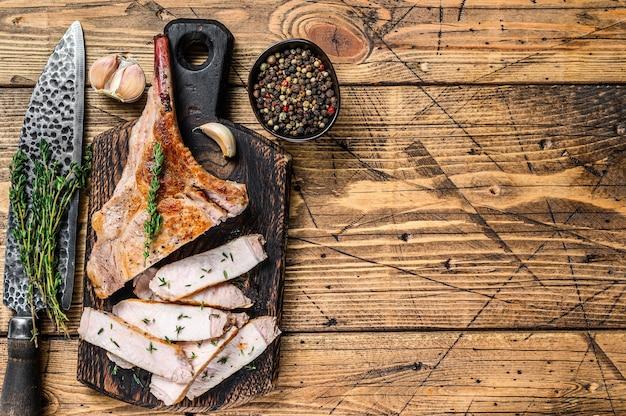 Нарезанный барбекю стейк из свиных ребрышек томагавк