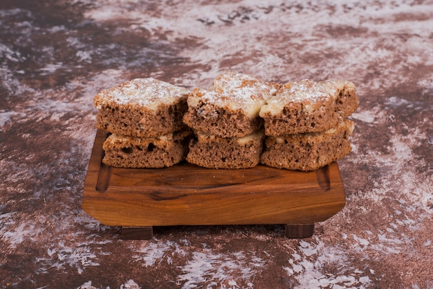 Нарезанное печенье на деревянном блюде