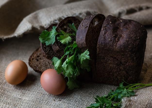 黄麻布にスライスした黒パンと卵