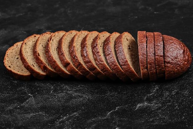 スライスした黒パン。