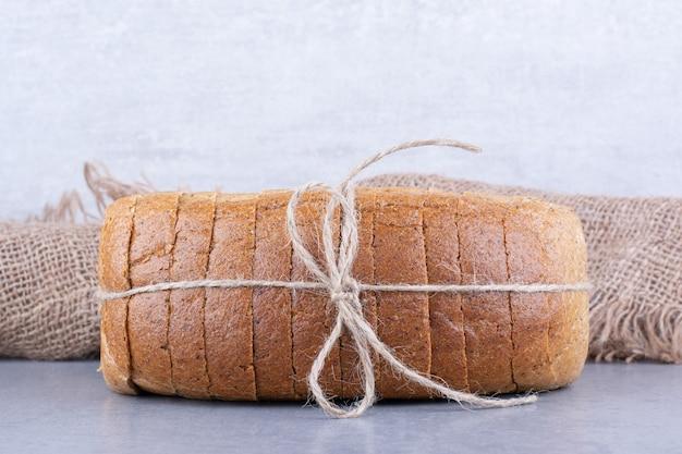 대리석 표면에 묶인 빵 조각