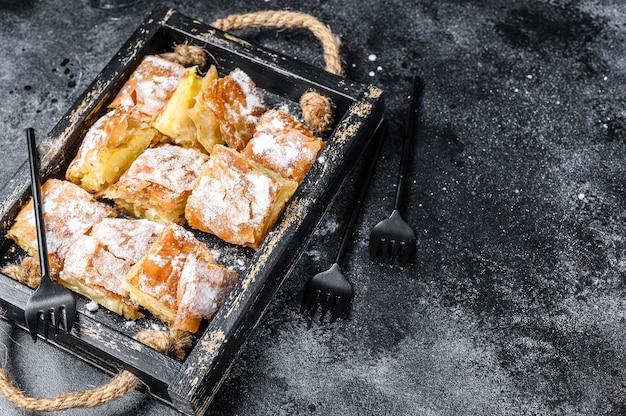 세 몰리나 커스터드 크림을 곁들인 부 갓사 파이 페이스트리 슬라이스.