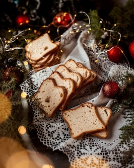 테이블에 빵과 새해 장난감을 슬라이스