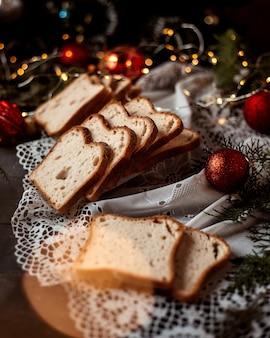 슬라이스 빵과 새해 장난감