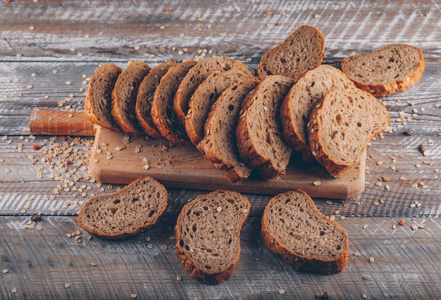 나무 표면에 커팅 보드에 빵을 슬라이스