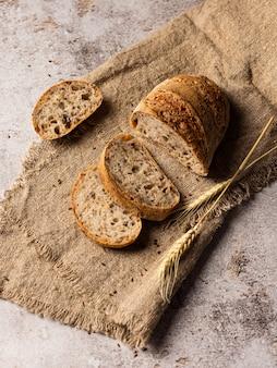 Ломтики хлеба в мешковине. рядом есть нож. фон структурный
