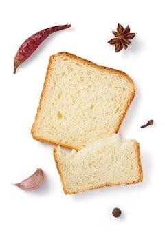 얇게 썬 빵 흰색 배경에 고립