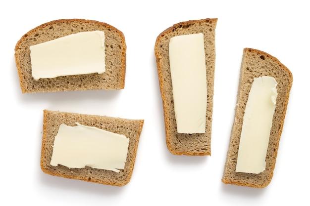 白い背景で隔離のスライスされたパン