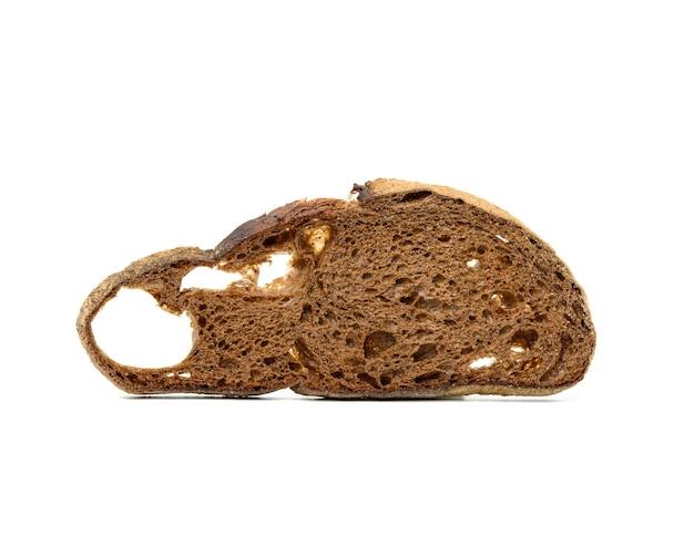 Ломтики хлеба из ржаной муки, изолированные на белой поверхности, крупным планом