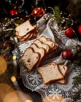 Pane a fette e giocattoli di capodanno sul tavolo