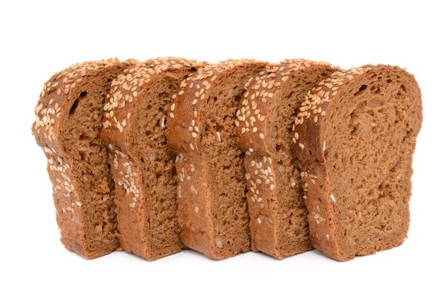 절연 흰색 표면에 빵을 슬라이스