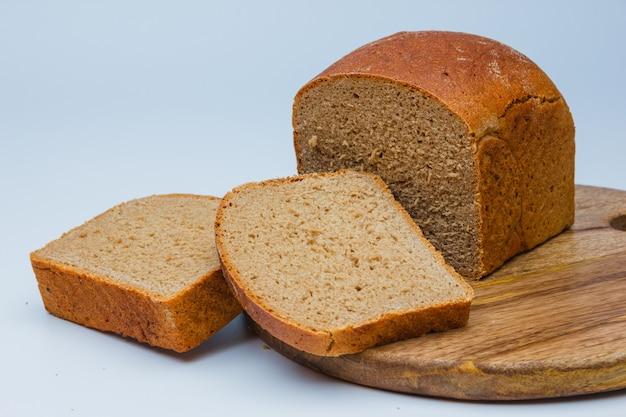 まな板の上のスライスされたパン