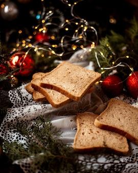 Fette di pane sul tavolo