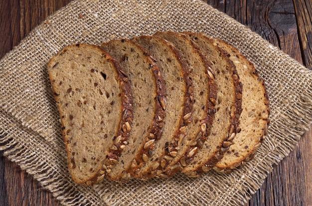 ヒマワリの種、レーズン、ナッツをスライスしたパン