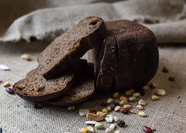 荒布の上に穀物とスライスした茶色のパン