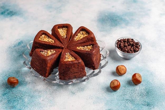 ヘーゼルナッツとスライスしたブラウニーケーキ。