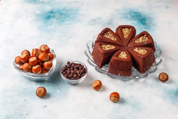 Нарезанный пирог брауни с фундуком.
