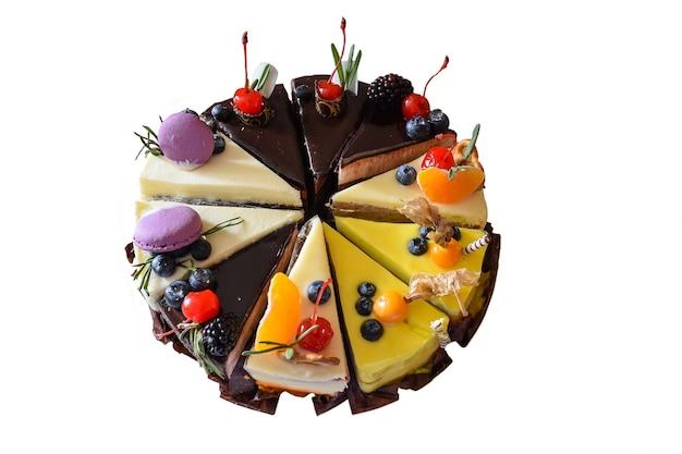 수정을 위해 깨끗한 흰색 배경에 다른 유형의 개별 조각으로 만든 슬라이스 케이크