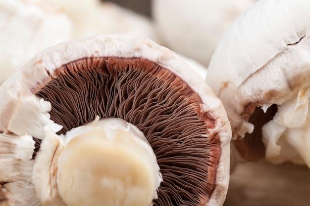 요리하는 동안 얇게 썬 샴피뇽 버섯, 열처리를 위해 자른 버섯 클로즈업