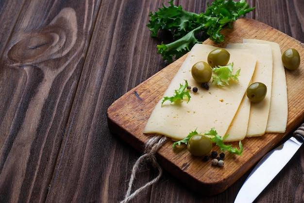 スライスチーズとグリーンオリーブ