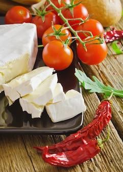スライスチーズ、チェリートマト、パン