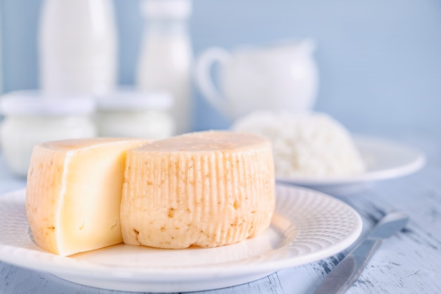 파란색 배경에 슬라이스 치즈 근접 촬영