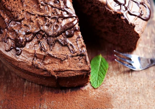 Нарезанный шоколадный пирог с мятой на разделочной доске