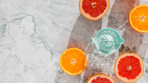ジューサーと柑橘系の果物のスライス