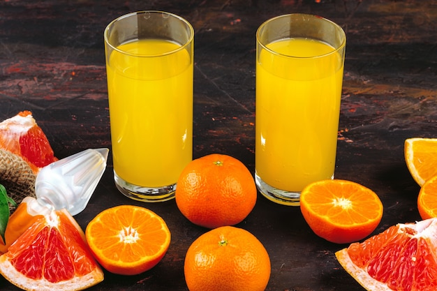 テーブルの上のジューシーなスライスされた柑橘類のfuitsクローズアップ