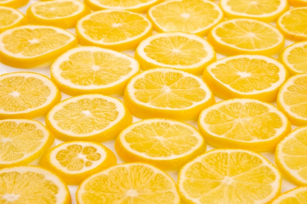 Половина нарезанных лимонов цитрусовых на светлом фоне
