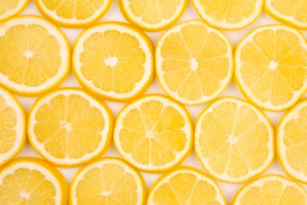 밝은 배경에 절반 감귤 레몬 슬라이스