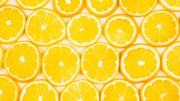 明るい背景に半分スライスした柑橘類のレモン