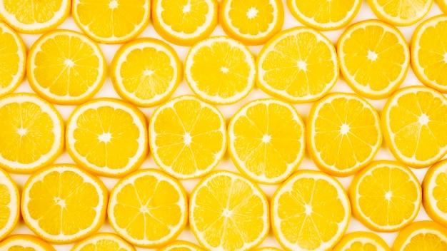 ライトで半分スライスした柑橘類のレモン