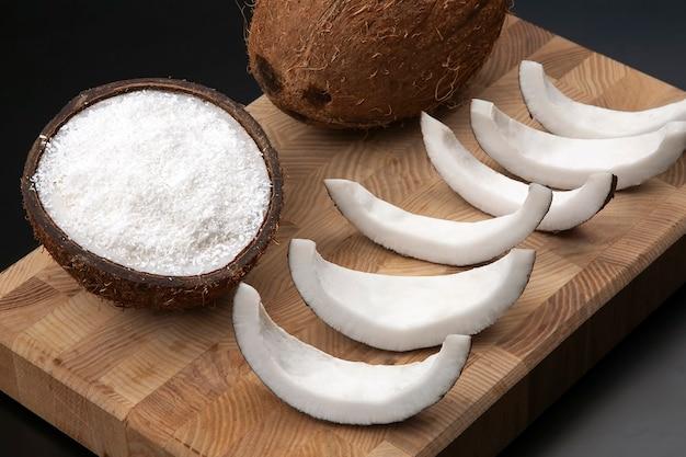 천연 우유와 코코넛 나무 보드에 코코넛 슬라이스. 비타민 과일. 건강한 음식
