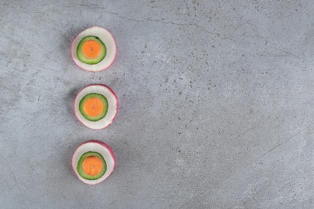 灰色の背景においしい野菜をスライスしました。高品質の写真