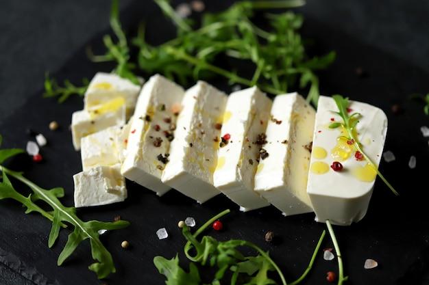 フェタチーズのスライスとオリーブオイルの調味料。