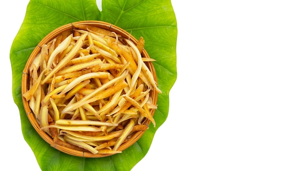 녹색 잎에 대나무 바구니에 얇게 썬 손가락 뿌리