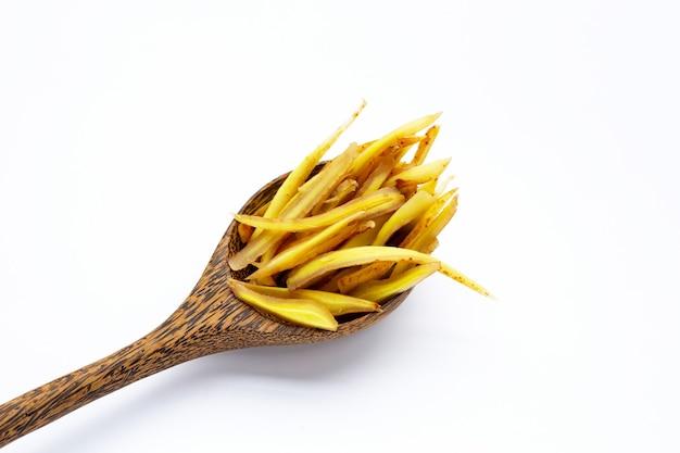 흰색 바탕에 얇게 썬 손가락 뿌리.