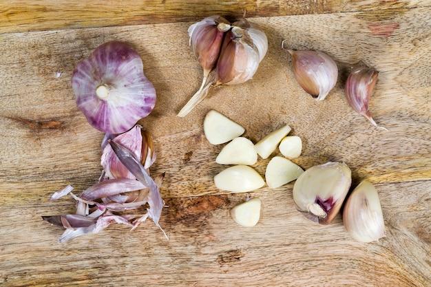 Нарезанный для приготовления свежий натуральный чеснок. натуральный органический чеснок