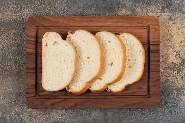 나무 보드에 향기로운 빵을 슬라이스.